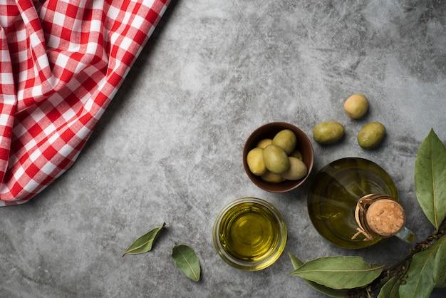 Widok z góry świeże oliwki na stole