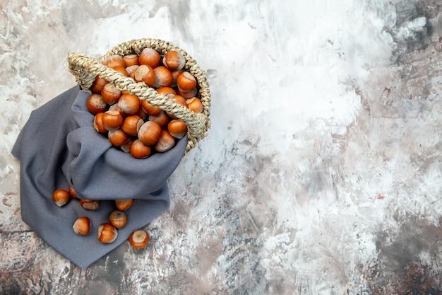 Widok z góry świeże orzechy laskowe w koszu na białym tle orzech roślina kuchnia orzech włoski cips zdjęcie orzeszki ziemne