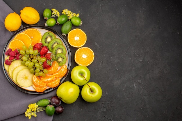 Widok z góry świeże owoce łagodne i dojrzałe owoce na ciemnym tle świeża witamina łagodne dojrzałe owoce
