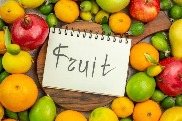 Widok z góry świeże owoce różne dojrzałe i aksamitne owoce na białym tle dieta jagodowa zdjęcie smaczne zdrowie kolor