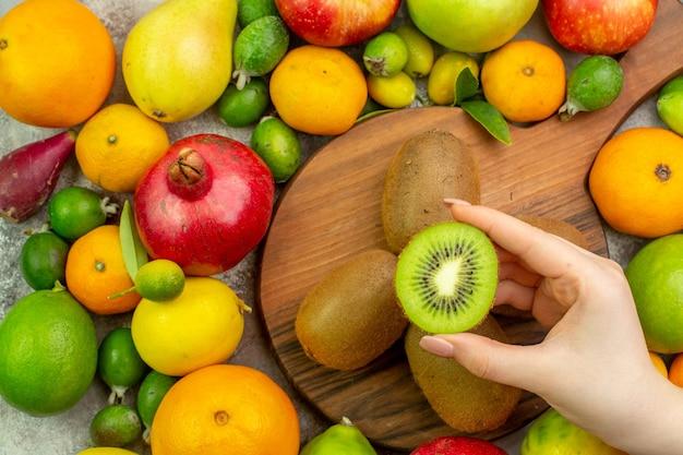 Widok z góry świeże owoce różne dojrzałe i aksamitne owoce na białym tle kolor jagodowy dieta zdjęcie zdrowie