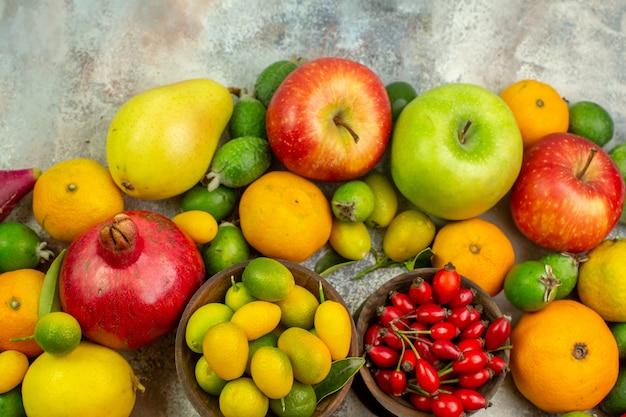 Widok z góry świeże owoce różne łagodne owoce na białym tle dieta jagodowa smaczny kolor zdrowie dojrzałe drzewo