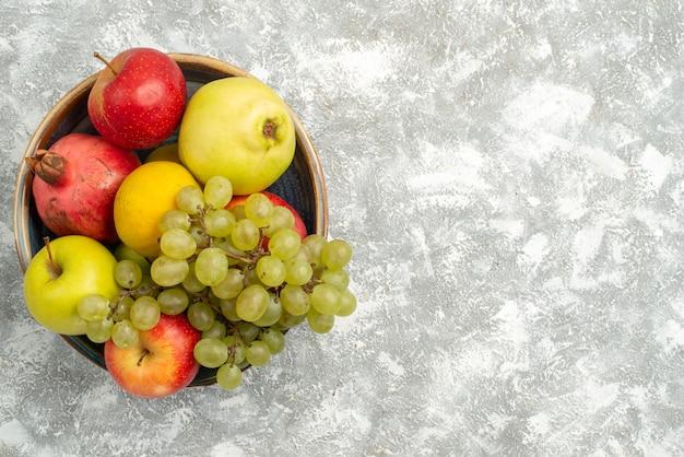 Widok Z Góry świeże Owoce Skład Jabłka Winogrona I Inne Owoce Na Białym Tle świeże łagodne Owoce Dojrzałe Kolor Vitamine Darmowe Zdjęcia