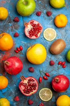 Widok z góry świeże owoce wyłożone na niebieskim tle