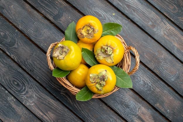 Widok z góry świeże persymony dojrzałe słodkie owoce na drewnianym stole w stylu rustykalnym, łagodne owoce