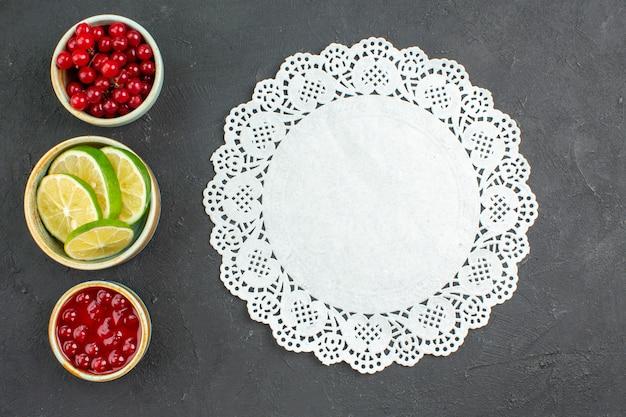 Widok z góry świeże plasterki cytryny z jagodami