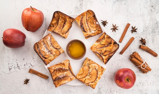 Widok z góry świeże plastry ciasta i jabłka