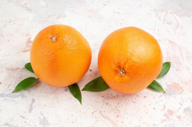 Widok z góry świeże pomarańcze na jasnej, odizolowanej powierzchni
