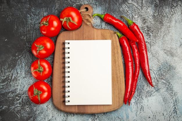 Widok z góry świeże pomidory z ostrą papryką