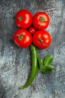 Widok z góry świeże pomidory z zielonym ostrym pieprzem