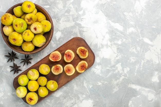 Widok z góry świeże słodkie figi pyszne owoce na jasnym białym biurku