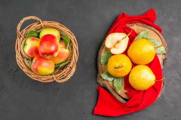Widok z góry świeże słodkie gruszki z jabłkami na ciemnym stole dojrzały świeży kolor łagodny