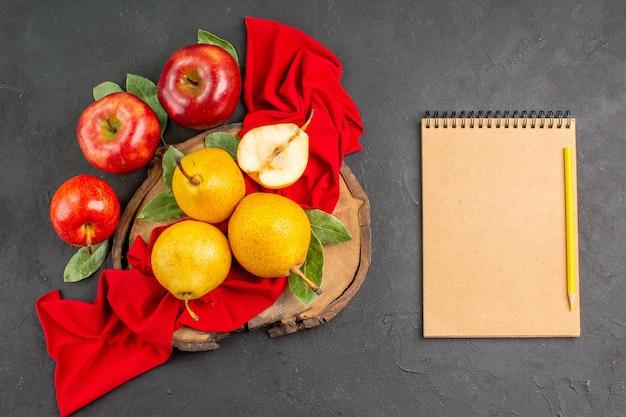 Widok z góry świeże słodkie gruszki z jabłkami na ciemnym stole dojrzały świeży, łagodny kolor