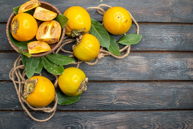 Widok z góry świeże słodkie persimmons na drewnianym stole, dojrzały smak owoców