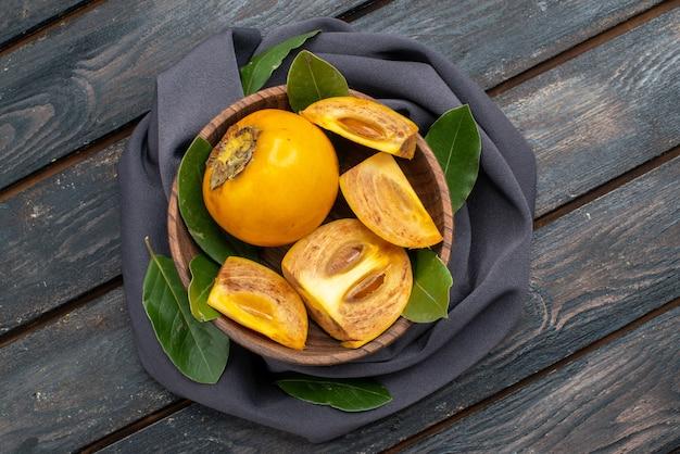 Widok z góry świeże słodkie persymony na drewnianym stole, łagodne zdrowie owoców
