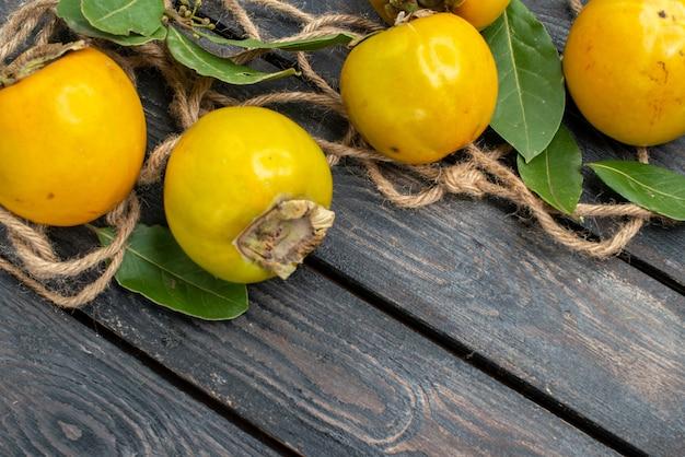 Widok z góry świeże słodkie persymony na drewnianym stole, smak dojrzałych owoców