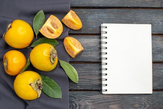 Widok z góry świeże słodkie persymony na drewnianym stole w stylu rustykalnym, łagodne owoce