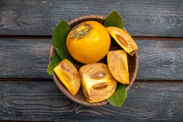 Widok z góry świeże słodkie persymony na drewnianym stole w stylu rustykalnym, łagodne zdrowie owoców