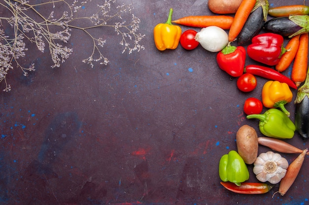 Widok z góry świeże warzywa na ciemnoszarym tle mączka składnik roślinny żywności