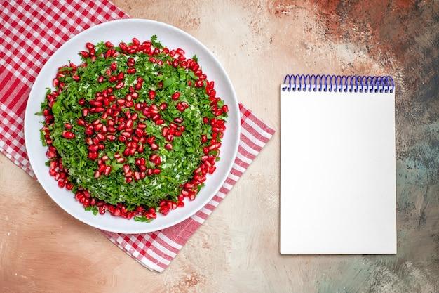 Widok z góry świeże warzywa z obranymi granatami na jasnym stole owocowy zielony posiłek