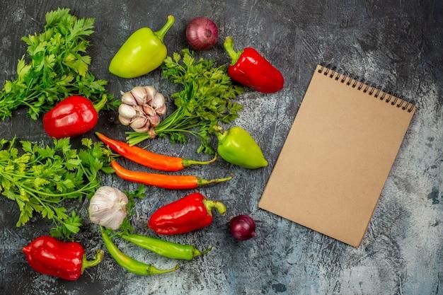 Widok z góry świeże warzywa z papryką i czosnkiem na jasnoszarym stole