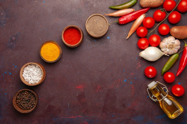 Widok z góry świeże warzywa z różnymi przyprawami w ciemnej przestrzeni