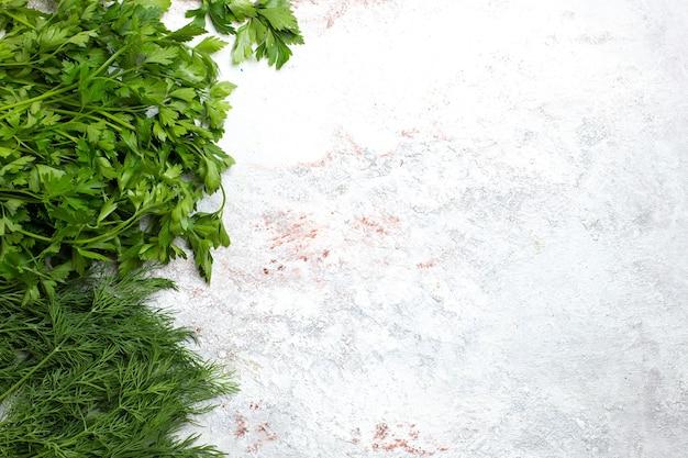 Widok z góry świeże zielenie na białym tle zielony produkt posiłek żywności