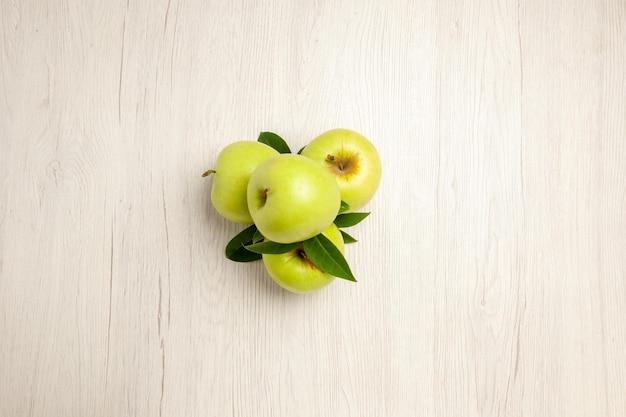 Widok z góry świeże zielone jabłka aksamitne i dojrzałe owoce na białym biurku roślina owocowa kolor świeże zielone drzewo