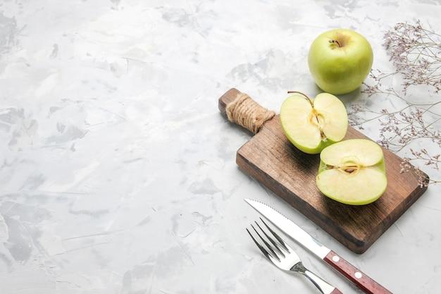 Widok z góry świeże zielone jabłka na białym biurku