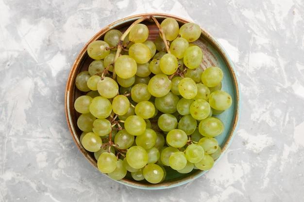 Widok z góry świeże zielone winogrona wewnątrz na białej powierzchni