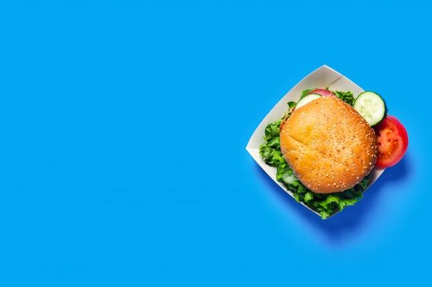Widok z góry świeżego burgera w pudełku