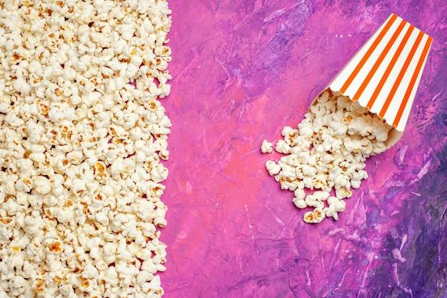 Widok z góry świeżego popcornu na wieczór filmowy