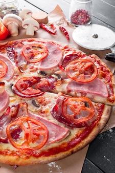 Widok z góry świeżej pieczonej pizzy