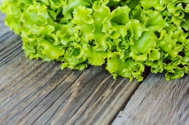 Widok z góry świeżej sałaty na drewnianym tle, tło warzywo