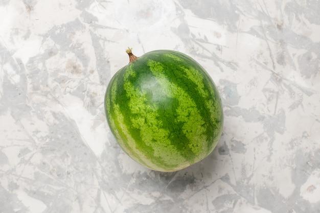 Widok z góry świeży cały owoc arbuza na białej przestrzeni