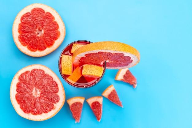 Widok z góry świeży koktajl owocowy ze świeżymi kawałkami owoców chłodzonymi lodem na niebiesko, pić sok koktajl owocowy kolor