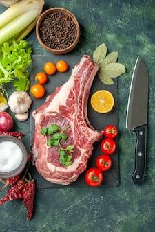Widok z góry świeży plaster mięsa z pomidorami na ciemnoniebieskim tle jedzenie mięso kuchnia zwierzę kurczak kolor krowa rzeźnik