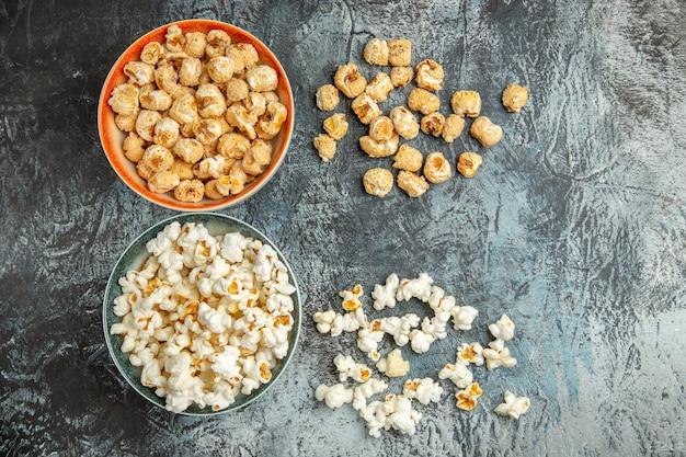 Widok z góry świeży popcorn słodkie i słone przekąski na jasnej powierzchni