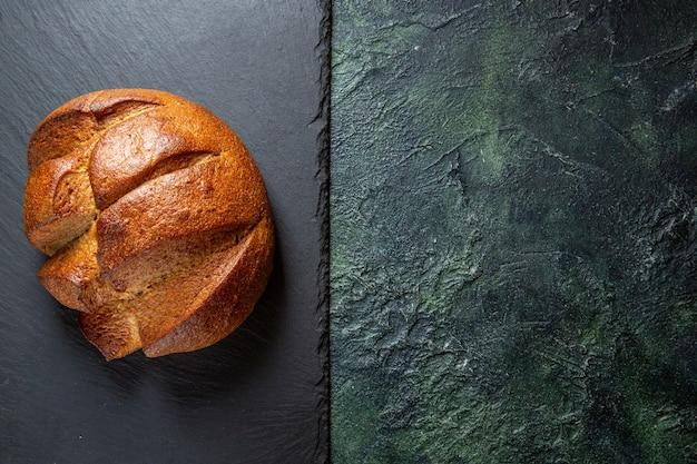 Widok z góry świeży pyszny chleb na ciemnym biurku