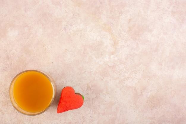 Widok z góry świeży sok brzoskwiniowy słodki i pyszny z kolorowymi ciasteczkami