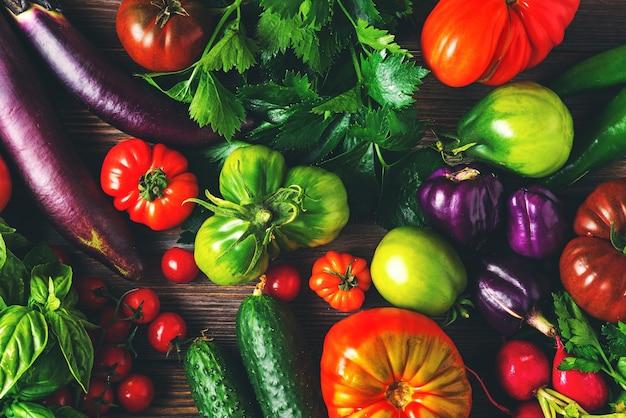 Widok z góry świeżych kolorowych organicznych warzyw