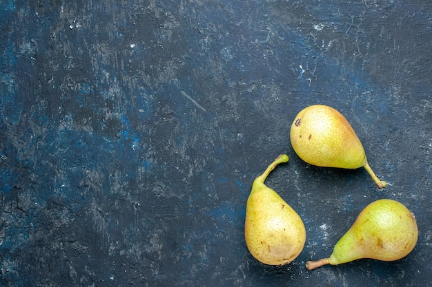 Widok z góry świeżych, łagodnych gruszek, całe dojrzałe i słodkie owoce wyłożone ciemnoszarym, owocowym świeżym łagodnym zdrowym