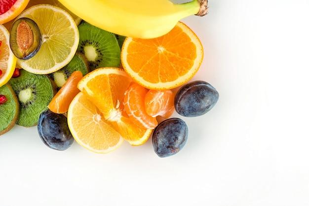 Widok z góry świeżych soczystych owoców i cytrusów na białym tle