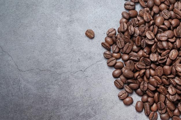 Widok z góry świeżych ziaren kawy na czarnym tle z miejsca na kopię.