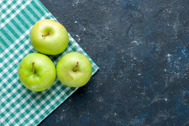 Widok z góry świeżych zielonych jabłek łagodny i soczysty kwaśny na niebiesko-ciemnej, zdrowej witaminie jagodowej