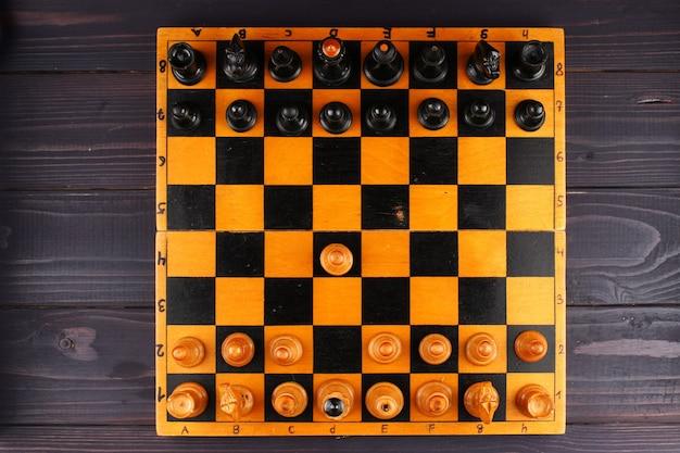 Widok z góry szachownicy i pierwsza tura
