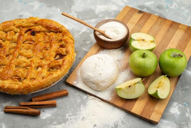 Widok z góry szarlotka okrągły tworzą pyszne z mąki ze świeżych jabłek na białym tle ciasto herbatnikowe