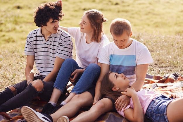Widok z góry szczęśliwych uśmiechniętych nastoletnich par patrzy na siebie z wielką miłością, uważaj, ciesz się razem, ciesz się ciepłym wiosennym dniem
