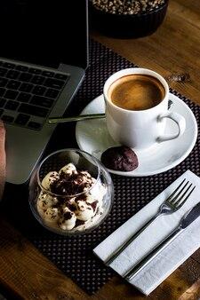 Widok z góry szklanej misce tiramisu i filiżankę espresso