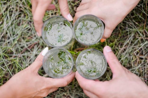 Widok z góry szklanki lemoniady na trawie